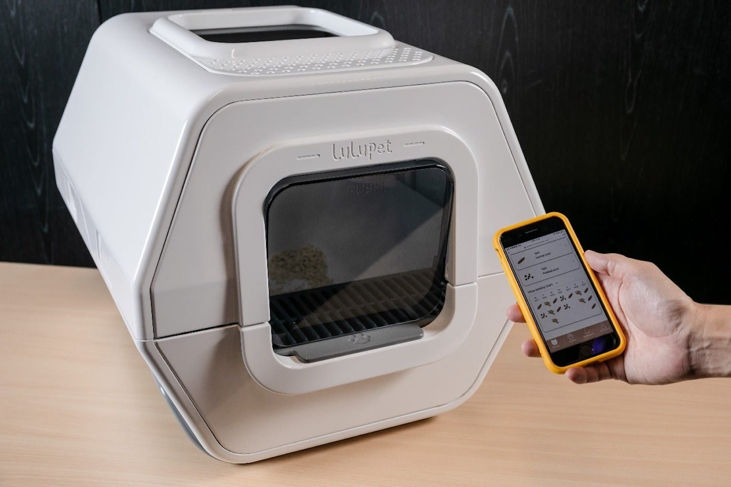 Wow! This litter box is really, really smart!